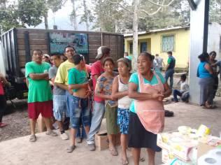 Moradores de região atingida fazem fila para receber mantimentos (Foto: ADRA Guatemala)