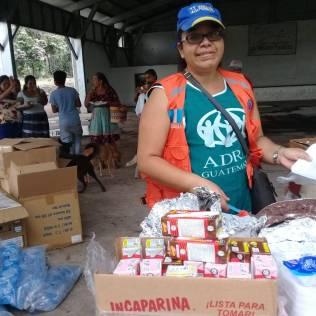 Servidora da ADRA Guatemala prepara itens para serem distribuídos (Foto: ADRA Guatemala)