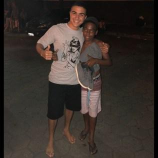 Victor demonstra solidariedade ao Bruno, doando seu sapato.
