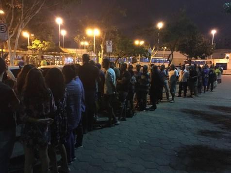 Em fila organizada, alimentos e agasalhos foram distribuídos em Cascadura