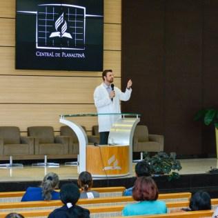Doutor Luís Fernando Sella durante palestra em um dos templos adventistas no entorno de Brasília