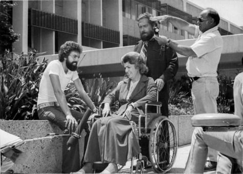 Uma das cenas de Hospital Adventista, dirigida por Adams, que está sentado. Ao seu lado, na cadeira de rodas, está a atriz Carmen Zapata (Foto: Arquivo pessoal)