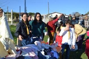 O Cabide Solidário distribuiu 70 cobertores, 1.300 peças de roupa, e 40 pares de sapato