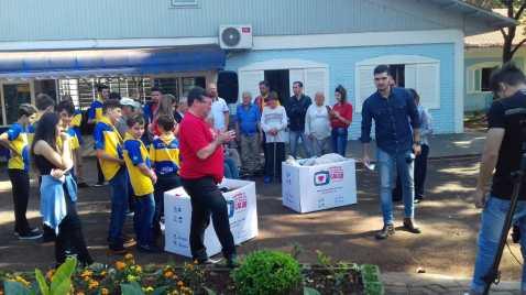 No Lar dos Velhinhos, os desbravadores auxiliaram na distribuição de roupas, café da manhã, sorrisos e abraços.