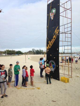 Dezenas de crianças foram no paredão de escalada do Clube de Desbravadores local [Foto: Felipe Silva].