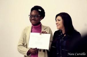 Alunos recebem certificado de conclusão do curso de Língua Portuguesa. [Foto: Nara Curvello].