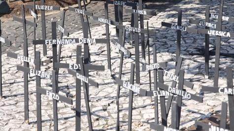 Nomes nas cruzes chamaram a atenção das pessoas para a preocupação com a saúde