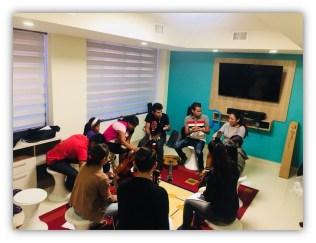 Grupo se reúne durante aula musical (Foto: Divulgação)