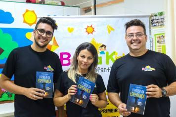 Voluntários recebem livros missionário Poder da Esperança