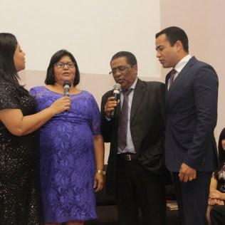 Pastor Paulo cantando com esposa e filhos
