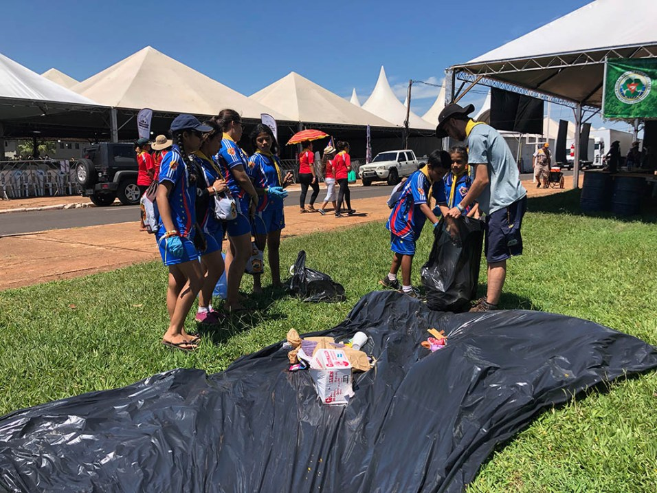 Grupo de desbravadores do clube Thiago White separa material do primeiro saco de lixo que eles levaram ao Banco Global (foto: Lucas Rocha)