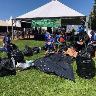 Desbravadores levaram cerca de 10 sacos de lixo para área reservada para a triagem dos materiais recicláveis (foto: Lucas Rocha)