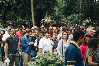 Multidão espera pela abertura dos portões do auditório, que ficou lotado