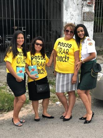Mulheres saem às ruas e entregam literatura gratuita nos bairros.