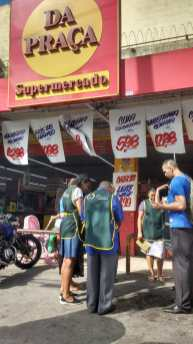Fiéis da Ação Solidária Adventista param em frente aos comércios do bairro para orar.