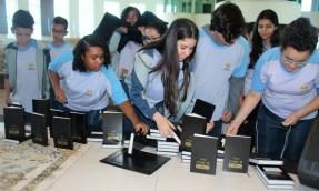 Bíblias foram etiquetadas para organizar a leitura dos alunos (Foto: Divulgação)