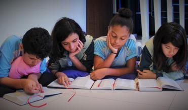 Estudantes leram 66 versículos bíblicos em 45 minutos durante as aulas de religião.