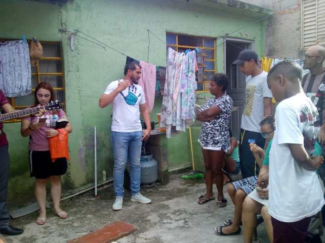 Em Itaquera, famílias receberam doações de cestas básicas (Foto: Divulgação)