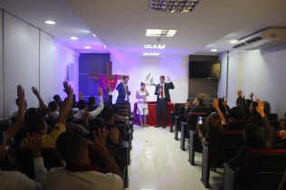 Os colegas de trabalho acompanharam o batismo de Ana