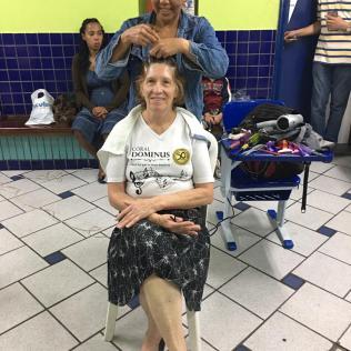 Corte de cabelo foi um dos serviços oferecidos em ações