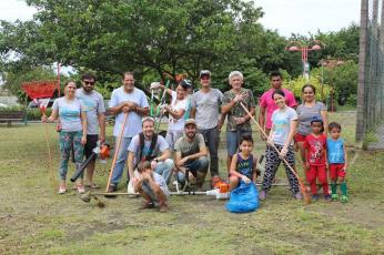 Fiéis adventistas e moradores do bairro Costa e Silva durante cuidados em praça do bairro;[Foto: Bem pelo Bem].