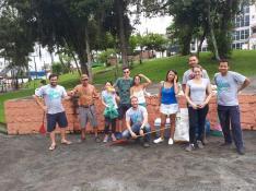 Fiéis posam para foto durante cuidados com praça do bairro Costa e Silva;[Foto: Bem pelo Bem].