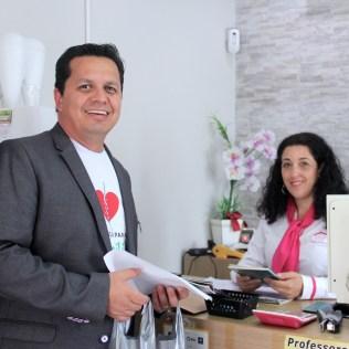 Pastor João Adilson, líder financeiro da Paulista Leste, entrega livros em comércios(Foto: Gabriela Victorio)