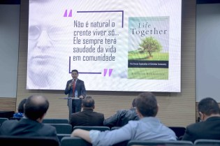 Pastor Lucas Alves, secretário da Associação Ministerial da Divisão Sul-Americana fala aos pastores durante treinamento especial (Foto: Acervo APL)