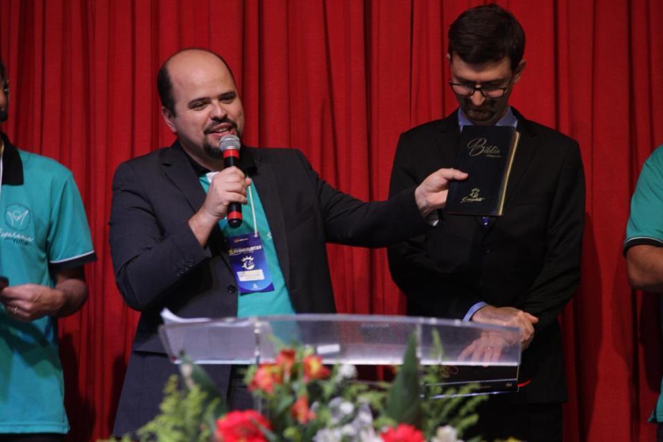 Bíblia missionária entregue no encontro tem imagens para realidade virtual