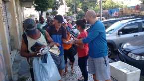 Entrega de alimentos na região Central do Rio.
