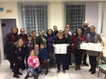 Servidores, alunos e seus familiares preparam sopa para população de rua. [Foto: Colégio Adventista].