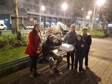 Grupo de voluntários entrega cobertor e sopa para morador de rua. [Foto: Colégio Adventista].