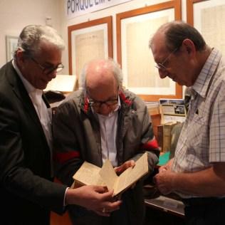 Doutor Marcos, doutor Ruy e Rubens olham os escritos originais de Guilherme Stein, primeiro adventista do Brasil. (Foto: Mauren Fernandes)
