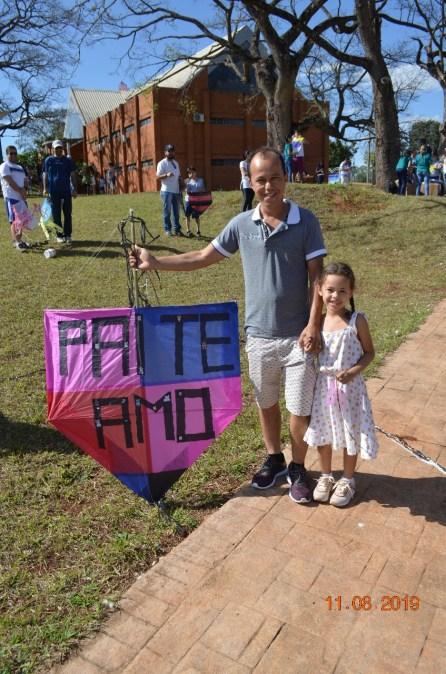 """Filha faz homenagem para pai e escreve em pipa """"Pai te amo"""". (Foto: José Rubens)"""