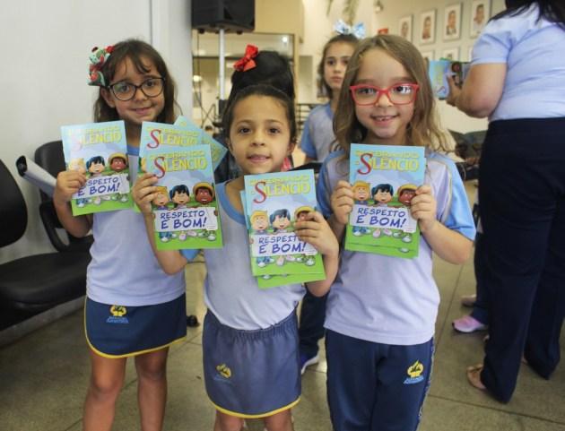 Crianças do Colégio Adventistas mostram revistas do Quebrando o Silêncio 2019. (Foto: Renata Paes)