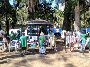 Centenas de roupas organizadas em varais estavam a disposição dos moradores de Rio Claro