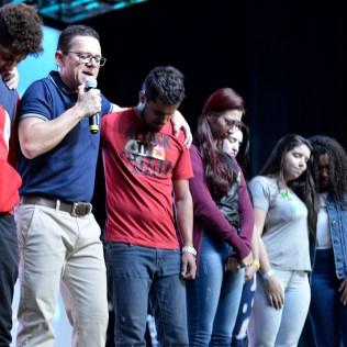 Pastor Elmar Borges ora pelos jovens.