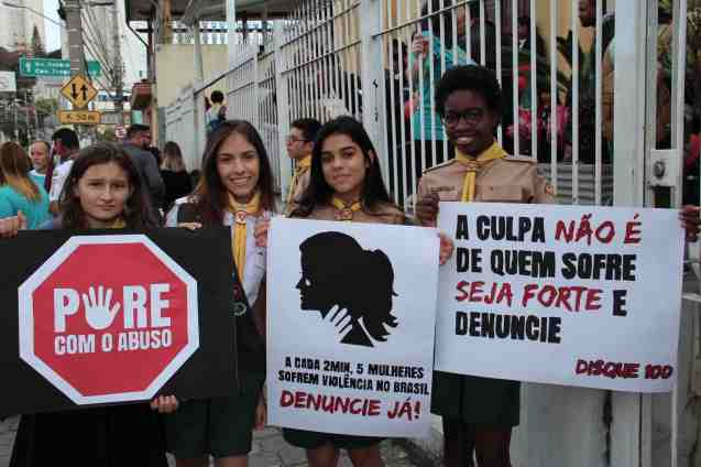 Adolescentes seguram placas contra o abuso (Foto: Elvis Natali)