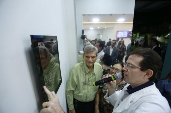 Dr. Markus Barcellos lê placa que homenageia Dr. João Guilherme por sua dedicação à obra médico-missionária.
