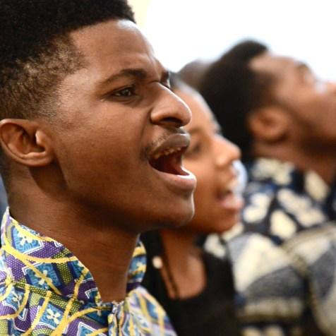 Lançamento contou com muito louvor e roupas típicas da África (Imagem: Renan Lima)