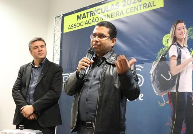 Sérgio Faria, assistente de tesouraria para a Educação Adventista em BH, conversa com colaboradores. (Foto: Larissa Luana)