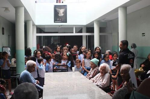 Idosos foram até a área central prestigiar o coralzinho dos alunos do CABH. (Foto: Renata Paes)