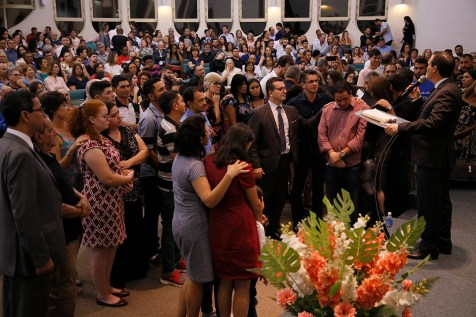 Pessoas atendem o apelo do pastor Arilton Oliveira. (Foto: Gustavo Cidral)