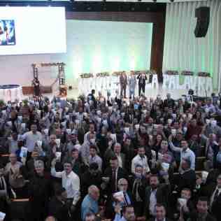 """Líderes consagraram o livro missionário de 2020, """"A Maior Esperança"""" (Foto: Comunicação APL)"""