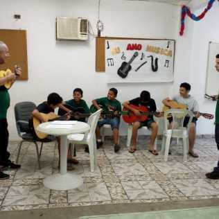 Aula de violão.