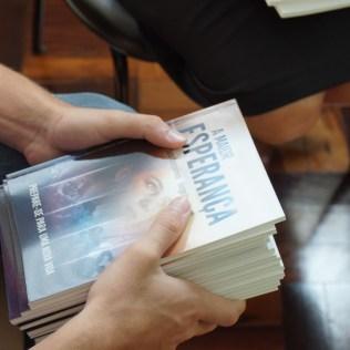 Foram entregues 300 exemplares do livro. (Foto: Divulgação)