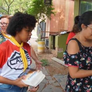 Voluntários prepararam os livros na noite do dia anterior. (Foto: Divulgação)