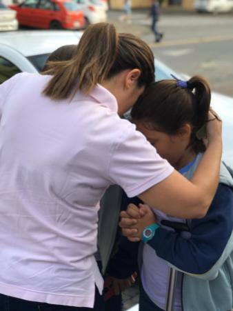 Mãe ora com filha antes do início da aula.[Foto: Colégio Adventista]