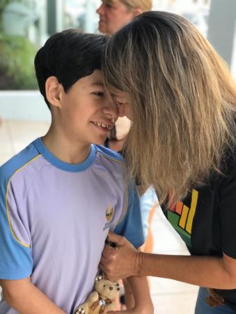 Mãe ora com filho antes do início da aula.[Foto: Colégio Adventista]