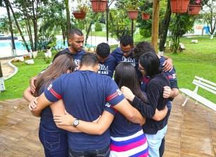 Momento de oração e grupo (Foto: Renata Paes)